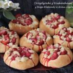 Drożdżówki z truskawkami i kruszonką