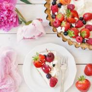 Tarta z kremem mascarpone i owocami lata