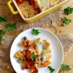 Zapiekanka makaronowa z chorizo, papryką i fasolą pod beszamelem