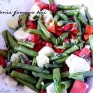 Sałatka z fasolką szparagową i papryką