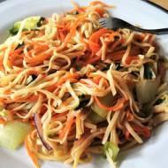 Makaron chiński smażony z warzywami