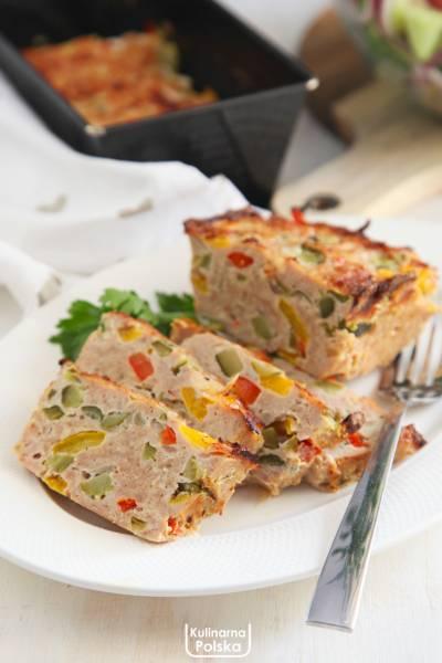 Mięsny keks z warzywami. Przepis na pyszny i kolorowy obiad