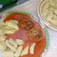 kopytka  i kotleciki mielone w sosie pomidorowym...