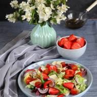 Sałatka z camembertem i truskawkami