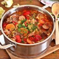 Kapuśniak z młodej kapusty z pomidorami na wołowinie