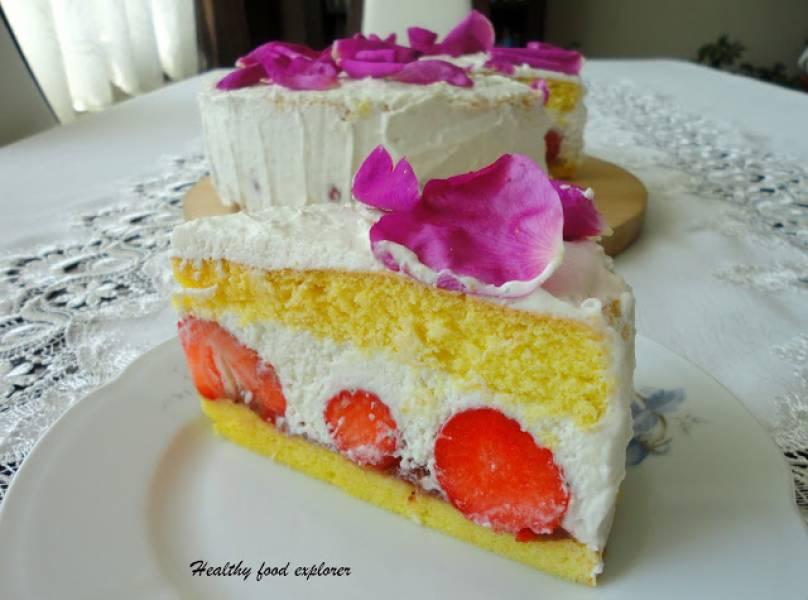 Tort z kremem kokosowym i truskawkami