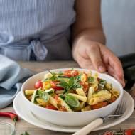 Letni makaron z cukinią, czosnkiem i pomidorkami (przepis krok po kroku)