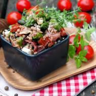 Sałatka z kaszy gryczanej ze szparagami, szynką parmeńską i suszonymi pomidorami