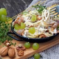 Bavette z kremowym sosem, orzechami, karmelizowaną gruszką, szynką parmeńską i  winogronami