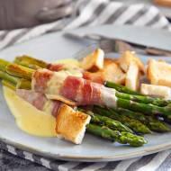 Szparagi po amerykańsku zawijane w boczku z sosem serowym i grzankami. PRZEPIS