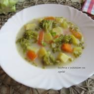 Zupa brokułowa z ziemniakami.
