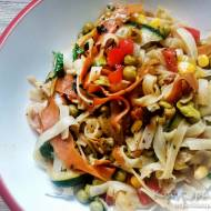 Smażony makaron ryżowy z warzywami