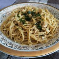 Spaghetti w sosie śmietanowym z pesto