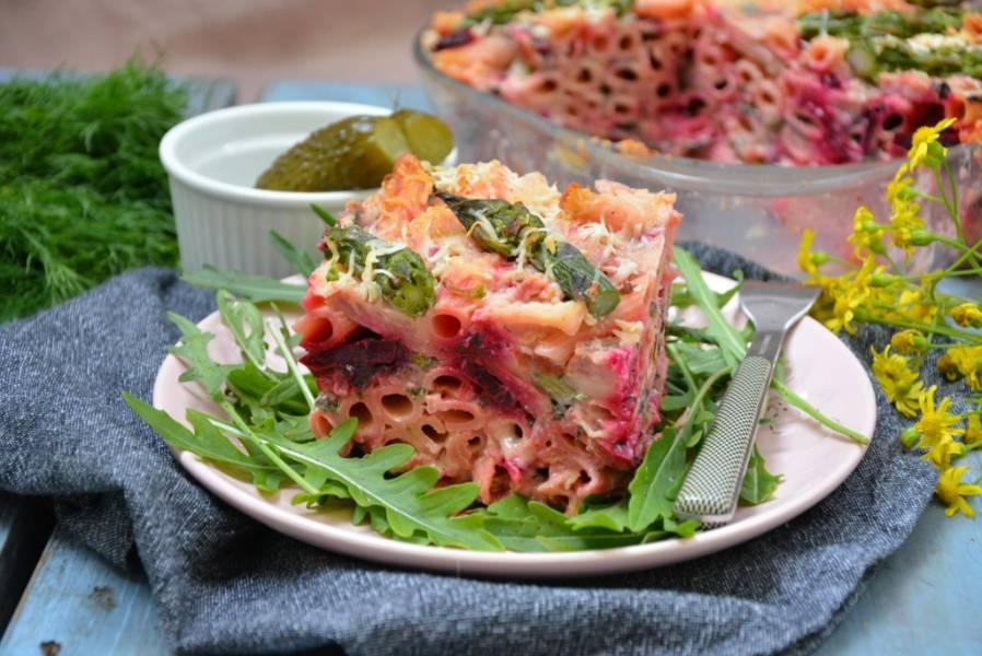 Zapiekanka makaronowa z botwinką, szparagami i oscypkiem