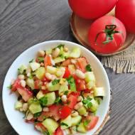 Sałatka z pomidorem, ogórkiem i fasolką