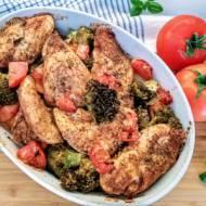 Pierś kurczaka pieczona z warzywami.