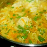 Zupa z młodej kapusty z klopsikami