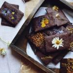 Z ŁĄKI NA TALERZ: Kakaowe ciastka z kwiatami