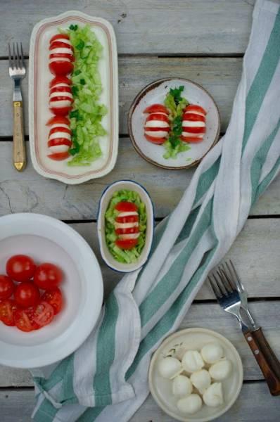 Letnia przystawka z pomidorów i mozzarelli do grilla