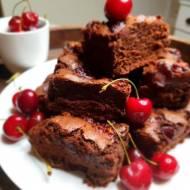 Bardzo czekoladowe brownie z czereśniami.