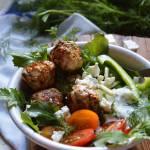 Greckie klopsiki z tzatziki i warzywami