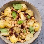 Sałatka z młodych ziemniaków z gorąca oliwą z czosnkiem