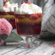 Galaretki z owocami i bitą śmietaną