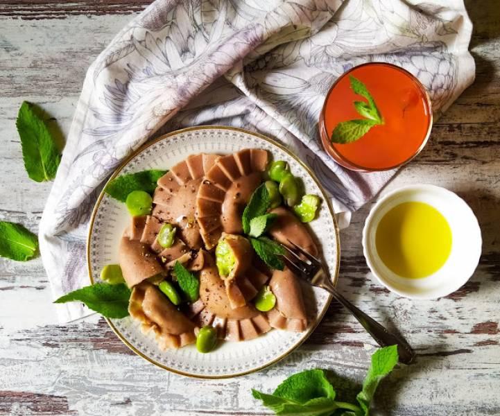 Bezglutenowe pierogi z bobem, twarogiem, miętą i oliwą z oliwek
