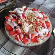 Owsianka z truskawkami i sosem jogurtowym