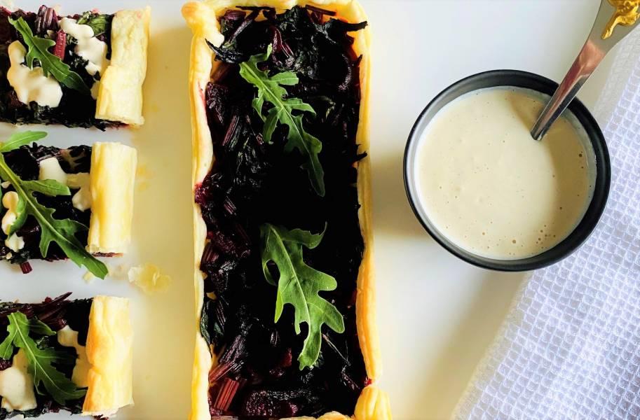 Tarta na cieście francuskim z botwinką, rukolą i sosem czosnkowym