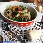 Sałatka z makaronu, belugi i owoców morza