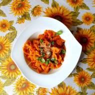Farfalle z warzywnym sosem na bazie z botwiny i sezonowych warzyw