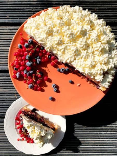 Tort  z musem jabłkowym i domową konfiturą borówkową