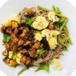 Makaron soba z pieczonymi warzywami