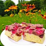 Dwukolorowe ciasto z truskawkami i agrestem