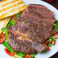 Stek wołowy na sałatce z roszponką, pomidorami i serem cheddar