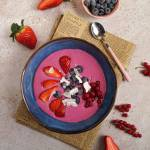 Owsiane smoothie bowl z burakiem i owocami