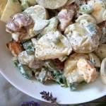 Sałatka ziemniaczana z jajkami i wędzonym boczkiem