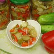 Pyszna sałatka do słoików na zimę z ogórkami i papryką