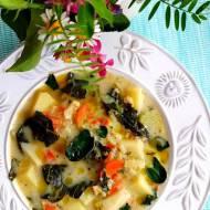 Zupa ziemniaczana ze szpinakiem, liśćmi brokuła i kaszą jęczmienną mazurską