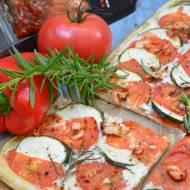 Kolorowa tarta z białym sosem, warzywami i łososiem