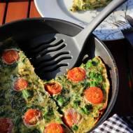 Puszysty omlet ze szpinakiem, liśćmi buraka, szczypiorkiem i pomidorkami