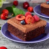 Brownie z musem czekoladowym i owocami