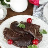 pierogi czekoladowe z serkiem i wiśniami