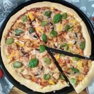 Pizza z bobem i kurczakiem.