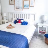 Mała biała sypialnia w marynistycznym stylu