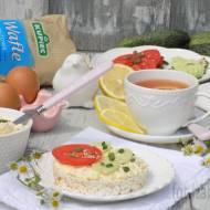 Pasta z jajek i sezamu podana na waflach ryżowych