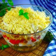 Sałatka warstwowa z makaronem – pyszna i prosta
