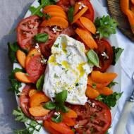 Lipcowa sałatka z burratą i pomidorami
