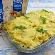 Zapiekanka z makaronem, kiełbasą, pieczarkami i cebulą + film